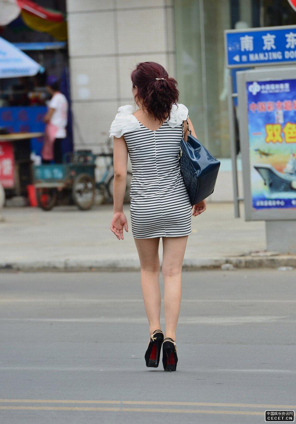 街拍的紧身短裙细高跟美少妇图片