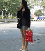 等公交车的短裙女孩