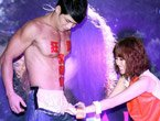 女歌手黄丽玲当众扒猛男裤子看下体掀高潮