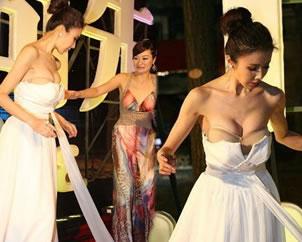 孙菲菲走红毯被主持人踩掉长裙