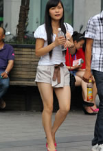 武汉街拍的美腿时尚妹