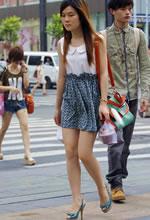 街拍连衣裙白皙双腿长