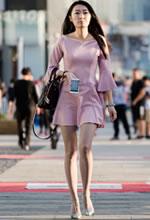 街拍粉色连衣裙长细腿