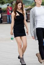 街拍的紧身短裙露肩装