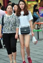 商业区街拍的白色热裤