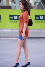 街拍的蓝色包臀短裙美