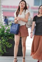 街拍的宽松短裤长细腿