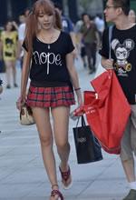 街拍的超短裙双马尾可
