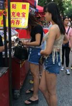 手机摊抓拍的高腰热裤