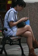 抓拍长椅上休息的短裤