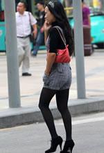 街拍的背带西裤黑丝高