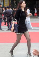 街拍的连衣短裙黑丝袜