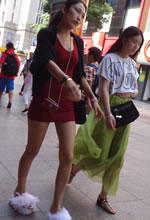 街拍的红色包臀短裙细