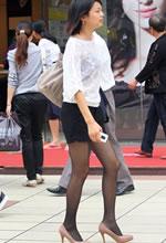 街拍的黑丝袜粉高跟长