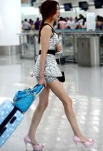 机场大厅抓拍的长腿粉
