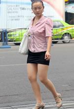 街拍的紧身短裙薄丝美