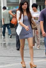 街拍的横纹连身裙长细