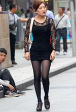 街拍缕花紧身短裙黑丝