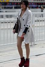 街拍的风衣包臀短裙肉