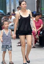 街拍的黑色短裤白皙美