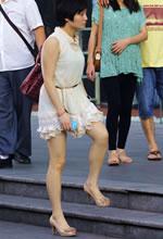 街拍的连衣裙白皙美腿