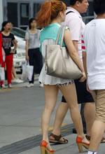 街拍的紧身热裤白嫩美