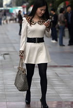 街拍的乳白色连衣裙黑