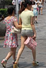 街拍的紧身热裤马尾辫