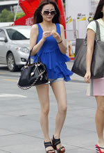 街拍的牛仔短裤太阳镜
