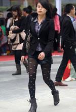 街拍的牛仔短裤花瓣黑