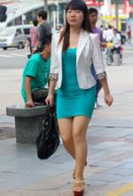 街拍的紧身连衣短裙美