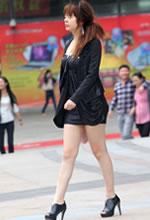街拍的连身短裙白皙美