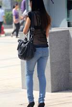 街拍的蓝色紧身牛仔裤