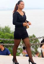 成熟的黑丝美妇腿部曲