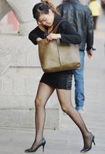 街拍的紧身短裙黑丝袜