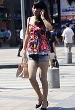 街拍的牛仔短裤白皙玉