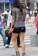 街拍过马路的短裤白皙