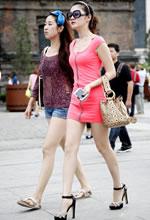 街拍的粉红色紧身裙白