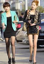 街拍的两个紧身裙丝袜
