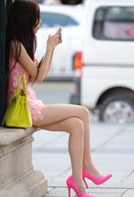 街拍的粉色紧身裙苗条