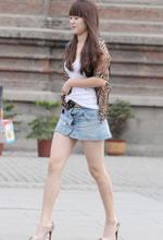 街拍的豹纹衫牛仔短裙