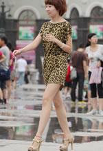 街拍的豹纹连衣裙短发