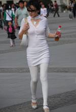 街拍的白色套装墨镜美