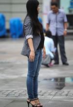 爱民广场街拍的牛仔裤