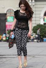 街拍的蕾丝上衣七分裤