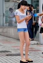 街拍的短裤长细腿马尾