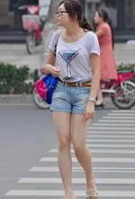 街拍过马路的美腿短裤