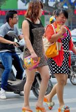 街拍的豹纹紧身短裙肉