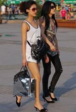 街拍的两个时尚太阳镜