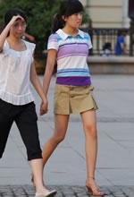 街拍的粉嫩长细腿短裙